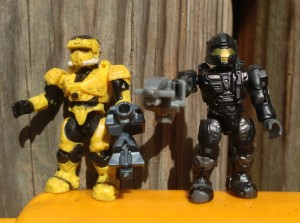 Halo Mega Bloks Series 7 Yellow EOD and Black CQB Spartan Figures with Sentinel Beams