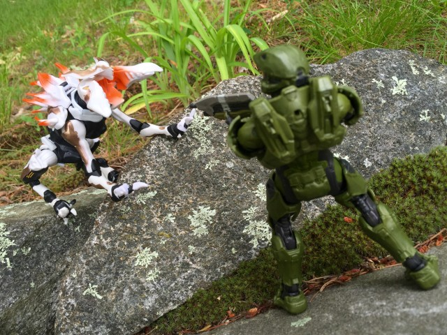 Mattel Halo Master Chief vs. Alpha Crawler Figure